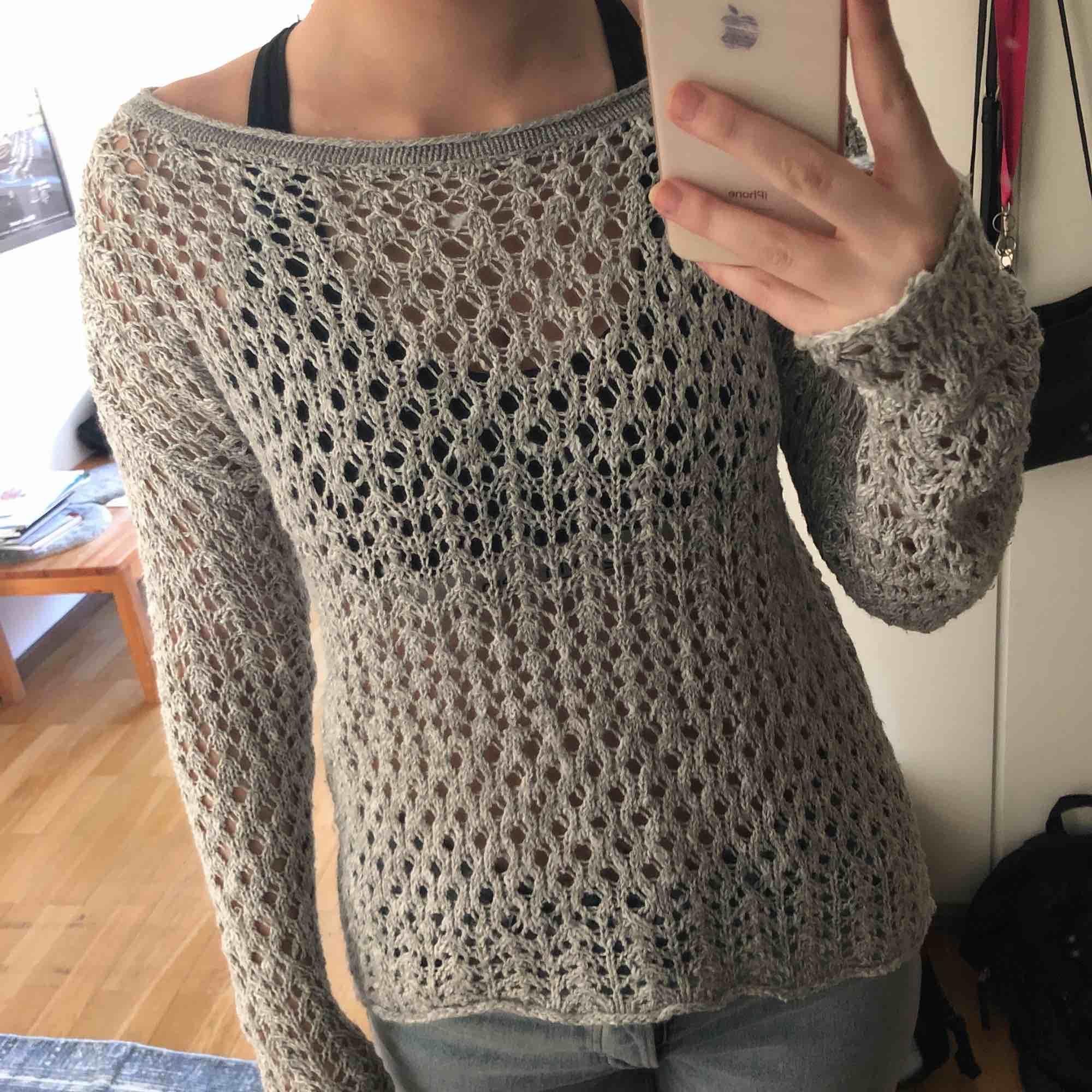 Stickad Hollister tröja som bara använts ett fåtal gånger. Väldigt härlig på sommaren. Passar folk som har storlek XS, S och M beroende på hur man vill att den ska sitta. Priset kan diskuteras.. Stickat.