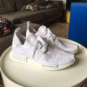 Helt vita Adidas NMD skor, lite smutsiga men det går att bleka bort (testat) för övrigt är dem i hyfsat skick, väldigt bekväma och sköna att ha på sommaren då dem är som en strumpa på foten, pris kan eventuellt diskuteras, frakt ingår.