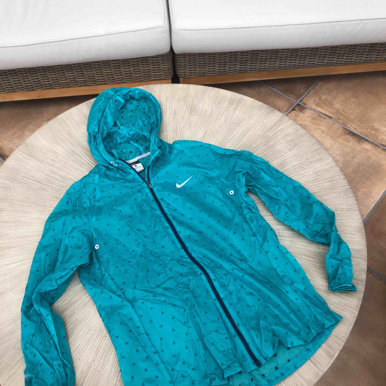 Tunn vindjacka Nike som ny. Lite liten i storlek så mer som en M. Huvtröjor & Träningströjor.