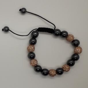 Armband med pärlor klädda i champagnefärg! Frakt: 18:-