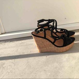 Helt oanvända sandaletter från H&M säljes. Strl: 39 (passar mig som är strl: 38) Platåhöjd fram 4,5 cm, klackhöjd 12,5 cm.