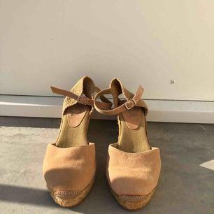 Oanvända sandaletter säljes. Strl: 39. Äkta mocka.