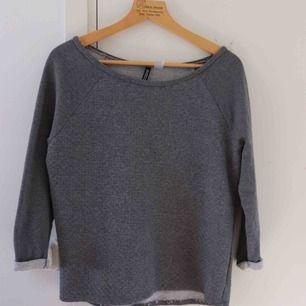 Mörkgrå tröja i storlek S. Väl använd men i gott skick. Köparen står för frakt 😊
