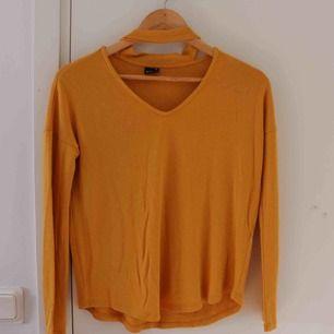 Gul tröja i storlek XS. Med choker som ej är avtagbar. Skönt material som är luftigt. Sparsamt använd. Köparen står för frakt 😊