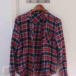 Mönstrad skjorta i storlek S. Cowboy stil. Sparsamt använd. Köparen står för frakt 😊