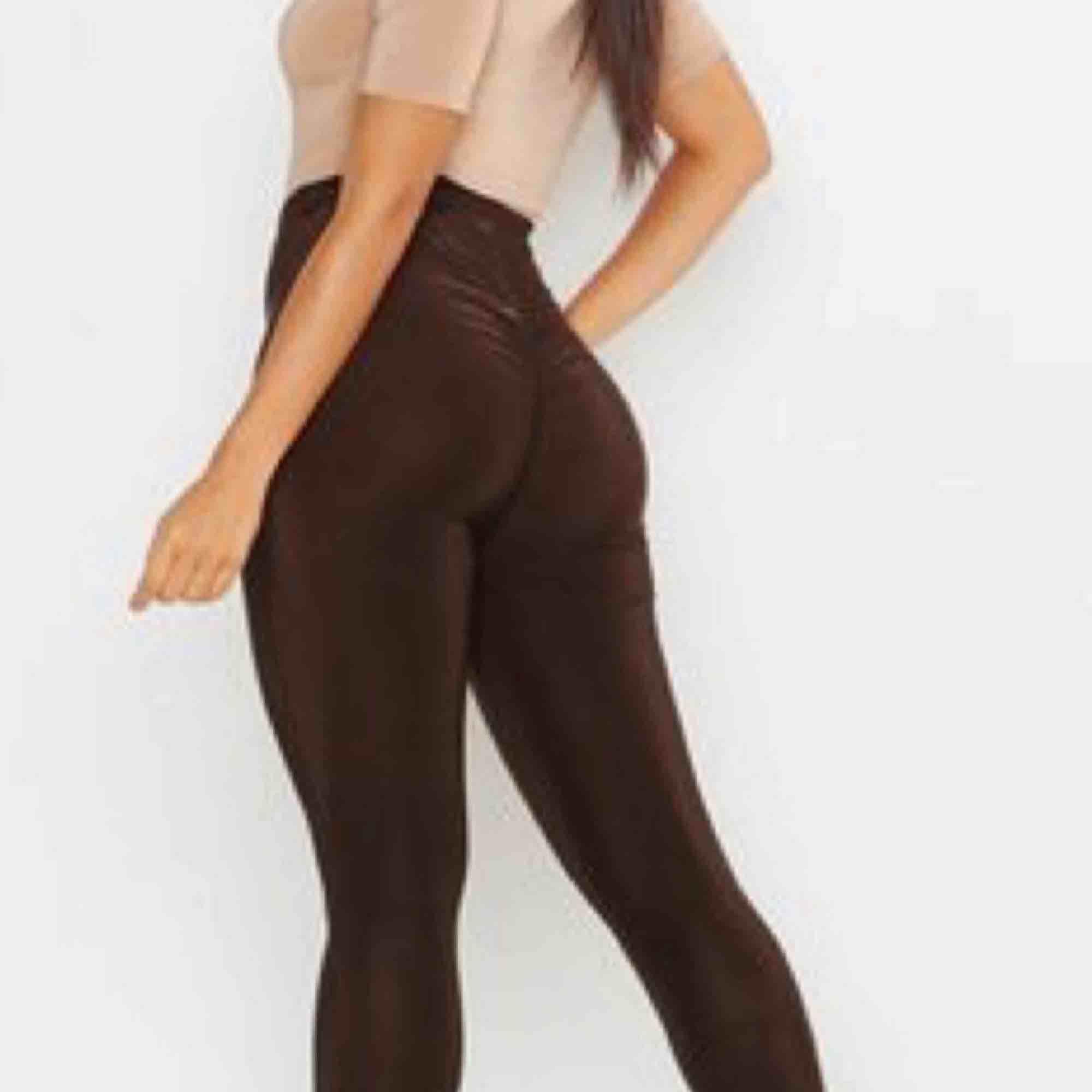 Jättesnygga oanvända leggings med scrunch på rumpan. Från Boohoo  Köparen betalar frakten 🌸. Jeans & Byxor.
