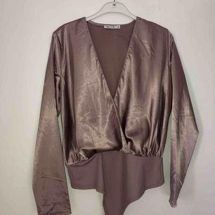 Omlott-body i snyggt silkestyg