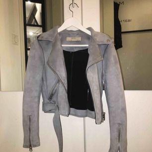 En blå mocka jacka från Zara, knappt använd strechig och skön;)