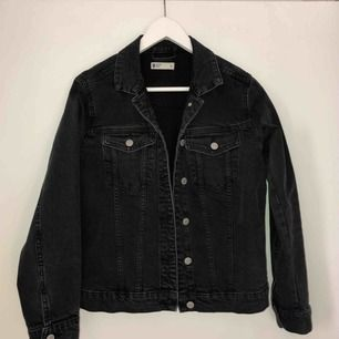 Gråsvart jeansjacka från Gina tricot