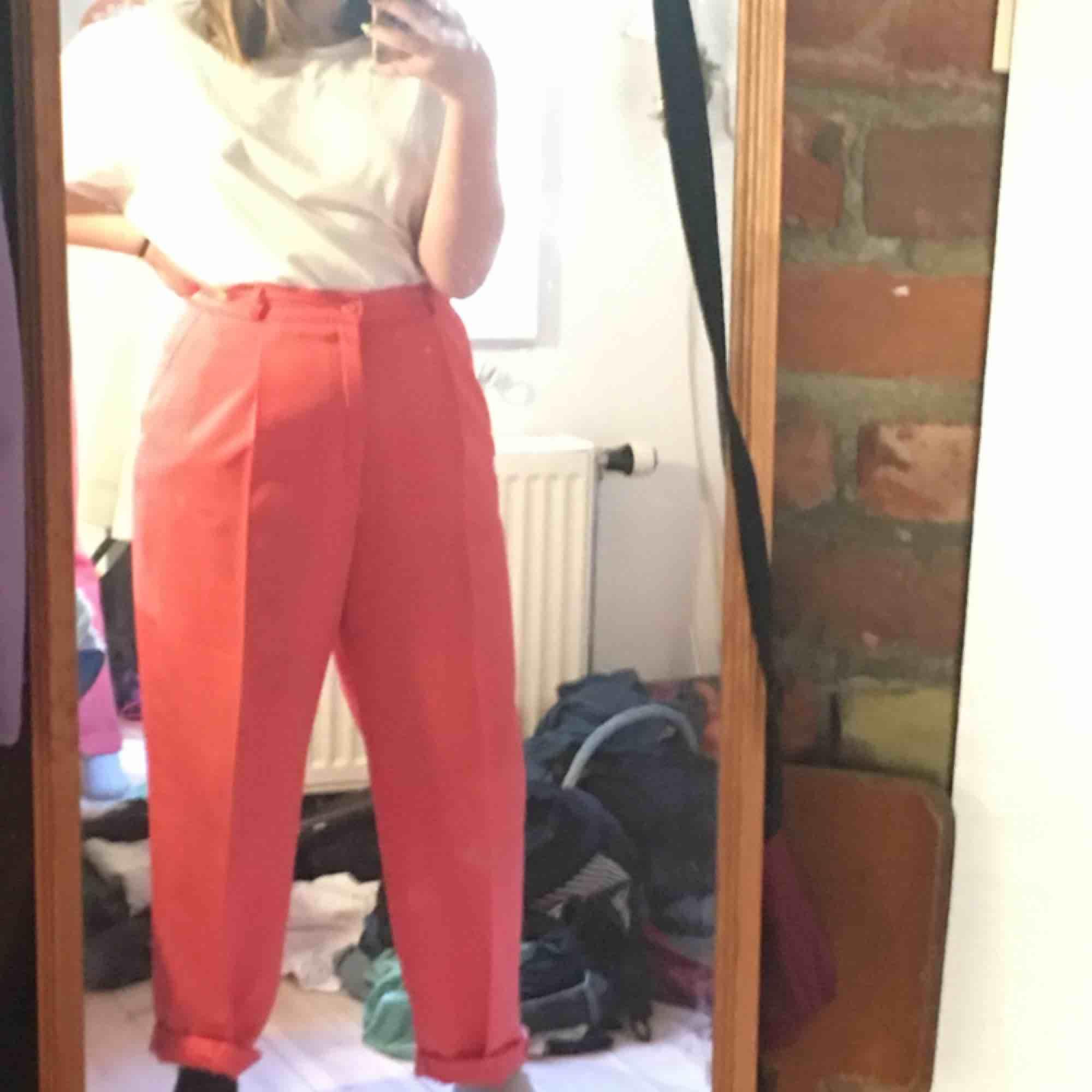 As fina byxor köpta på humana. De är stora i benen men tighta i midjan och är rosa/orangea, peachy färg typ🍑 (bild 1 & 2 är mest lika). Det är några små fläckar på låren men de syns knappt och går nog bort i tvätten. Passar M och L skulle jag säga❤️. Jeans & Byxor.