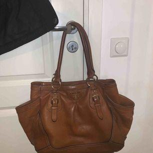 Brun Prada väska! Mycket fin!