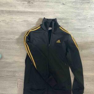 Adidas kofta med guld ränder på sidorna, självklart äkta!   Köparen betalar frakt 🌸