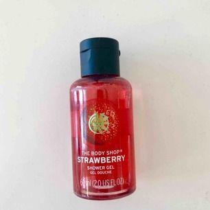 Showergel i lukten jordgubb från The Body Shop! 🍓oanvänd såklart! <3
