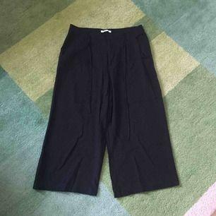 Svarta korta utsvängda byxor från Esprit. Band i midjan och fickor. Skön kvalitet.