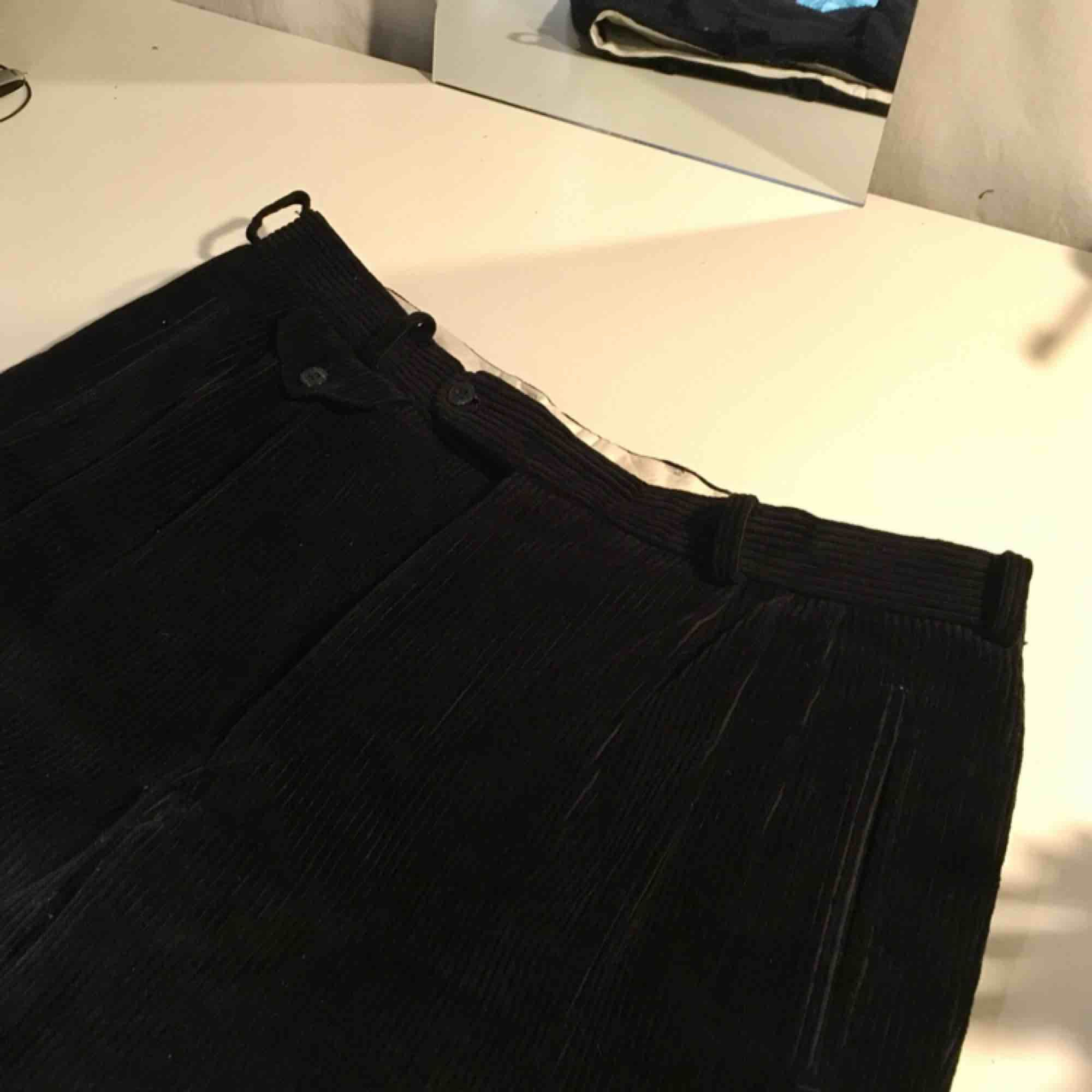 Så snygga högmidjade svarta Manchesterbyxor. De är herr storlek M/L men när jag har använt dem har jag bara dragit ihop dem med ett bälte så att de sitter åt i midjan. Frakt tillkommer och jag tar swish❤️. Jeans & Byxor.