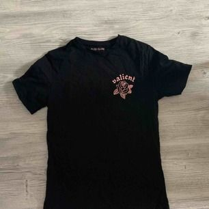 T-shirt från river island storlek slim fit M. Otroligt snygg T-shirt som knappt är använd.   Köparen betalar frakt 🌸