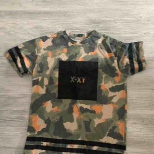 Oversized T-shirt från junkyard i storlek S men passar även upp till storlek L beroende på hur du vill att den ska sitta!   Köparen betalar frakt 🌸