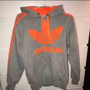 Grå adidas hoodie med orangt tryck, frakt ingår i priset