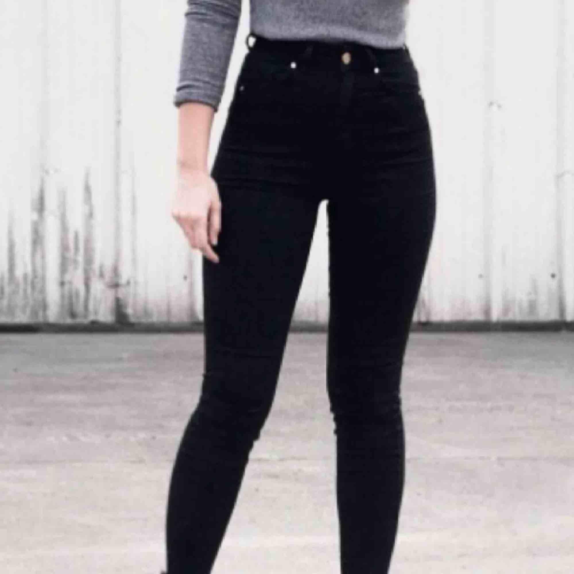 Modell : bikbok super high flex jeans. Kostar 599kr i butik. Köptes för några månader sen men har endast varit i min garderob sen dess. Super skick👍🏼. Jeans & Byxor.