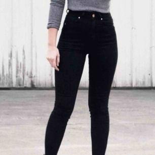 Modell : bikbok super high flex jeans. Kostar 599kr i butik. Köptes för några månader sen men har endast varit i min garderob sen dess. Super skick👍🏼