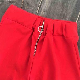 Jättefina byxor ej använda byxor då jag inte tyckte rött passade på mig, prislappen kvar, perfekt nu till våren med byxor som är öppna vid sidan 🌹