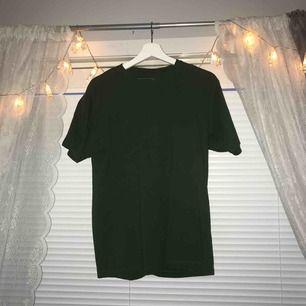 helt vanlig grön t-shirt, storlek M i män så på mig sitter den mer som en L och är vanligtvis S. priset är inkl. frakt! :))