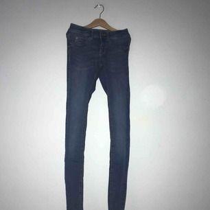 Mellanblå slimfit jeans modell ALEX! Endast använda ett fåtal gånger!