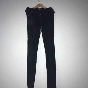 Svarta slimfit jeans modell ALEX! Endast använda ett fåtal gånger!
