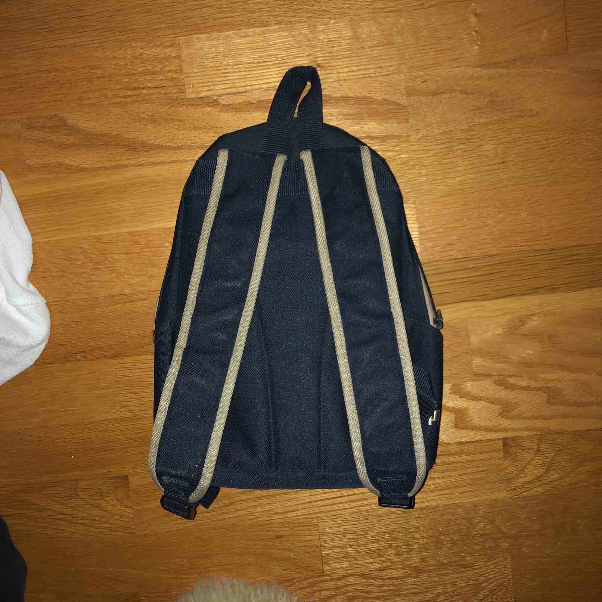 jättesöt liten ryggsäck köpt second hand, fr puma. beige å mörkblå. Väskor.