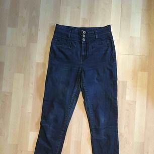 Ett par tajta jeans från flash. De är slitna men lagade på insida lår (se bild 3), finns dock risk för att de kan gå sönder igen. Annars i okej skick. Jag kan mötas i Uppsala/Täby. Kan även posta, men då står köparen för frakten.