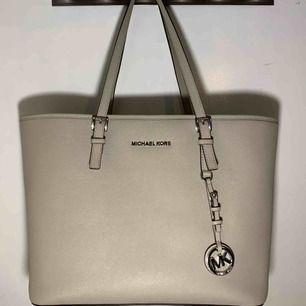 Äkta Michael Kors väska, sparsamt använd! Säljer pga att den inte kommer till användning längre☺️ köparen står för frakt🌞