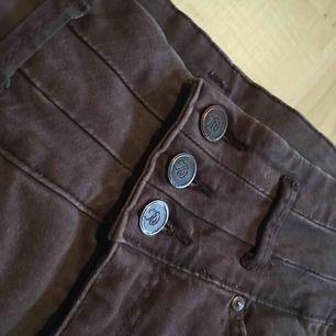 Ett par bruna byxor från flash. De är sparsamt använda och därför i fint skick. Jag kan mötas i Uppsala/Täby. Betalning sker via swish/kontant. Kan även posta, men då står köparen för frakten.