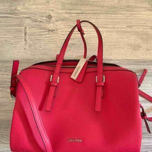 Äkta Calvin Klein väska, köpt för ungefär 800kr, väskan är praktiskt taget oanvänd men dragkedjan krånglar och skulle behövas bytas därför jag säljer så billigt!