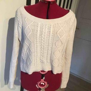 En vit stickad tröja. Den är i bra skick, men lite nopprig (se bild tre). Jag kan mötas i Uppsala/Täby. Betalning sker via swish/kontant. Kan även posta, men då står köparen för frakten.