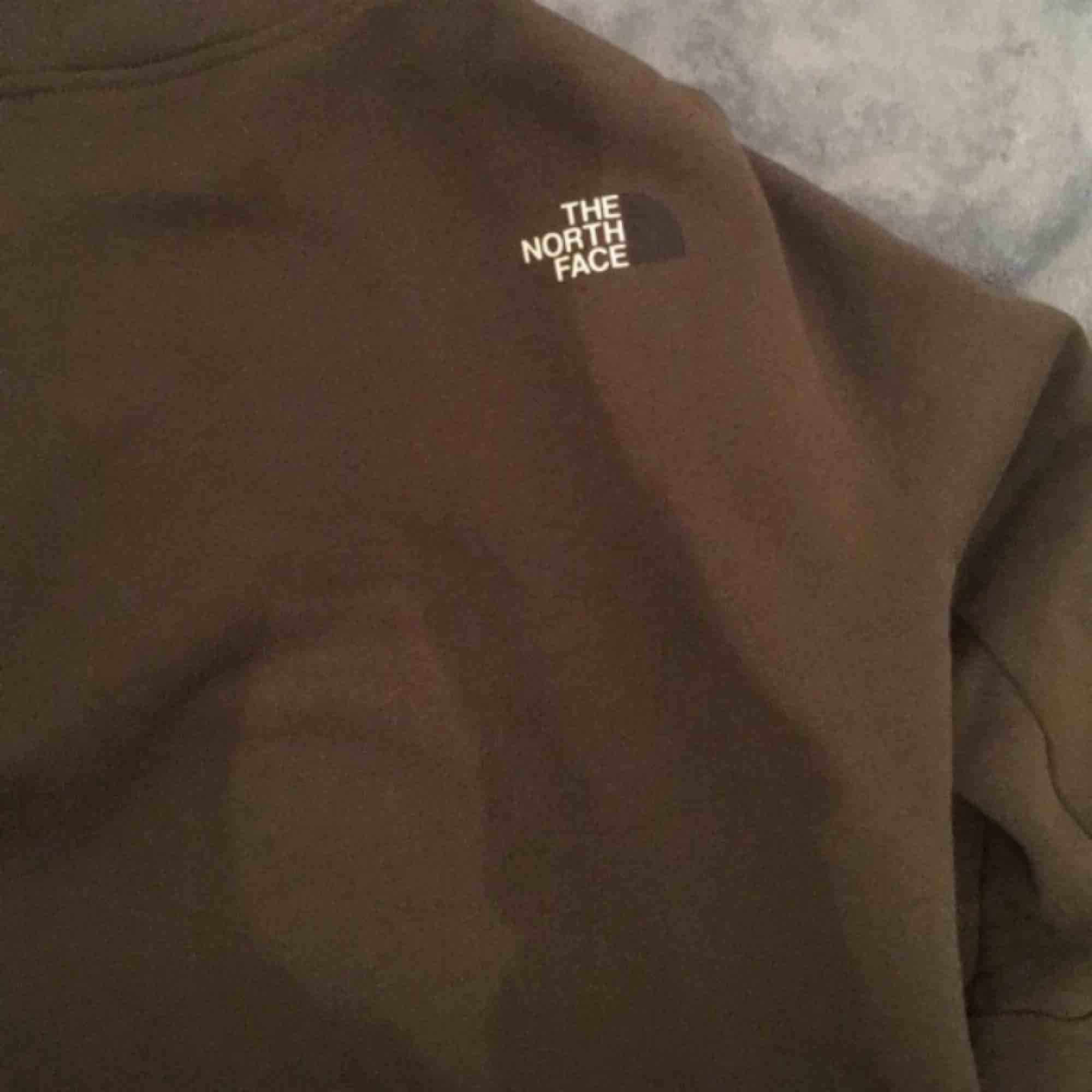 North face hoodie strl s. Köpt från Jd för 800 använd max 1-2 gånger. Inte alls tvättat. . Tröjor & Koftor.