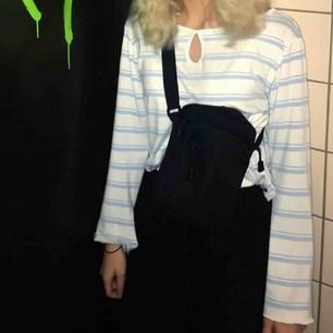 Len tunn lång ärmad tröja med vida ärmar köpt på humana om jag minns rätt! Superfin❤️❤️ köparen står för frakt 20 kronor (Tröjan är croppad, avklippt!)