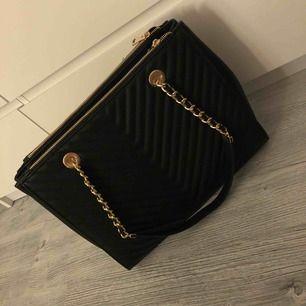 e90afbea309 Sort taske med gulddetaljer, aldrig brugt, ikke min stil, perfekt stand