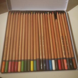 24 stycken jättefina pennor som egentligen kostar 199kr men som jag säljer för hela 100kr billigare än nypriset! Knappt använda som ni ser på bilden (förutom en penna). Köpte dem som sagt på Akademibokhandeln för 199kr som ni ser på bilden.