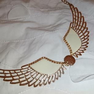 Guldigt halsband med vingar. 9kr frakt betalning via swish