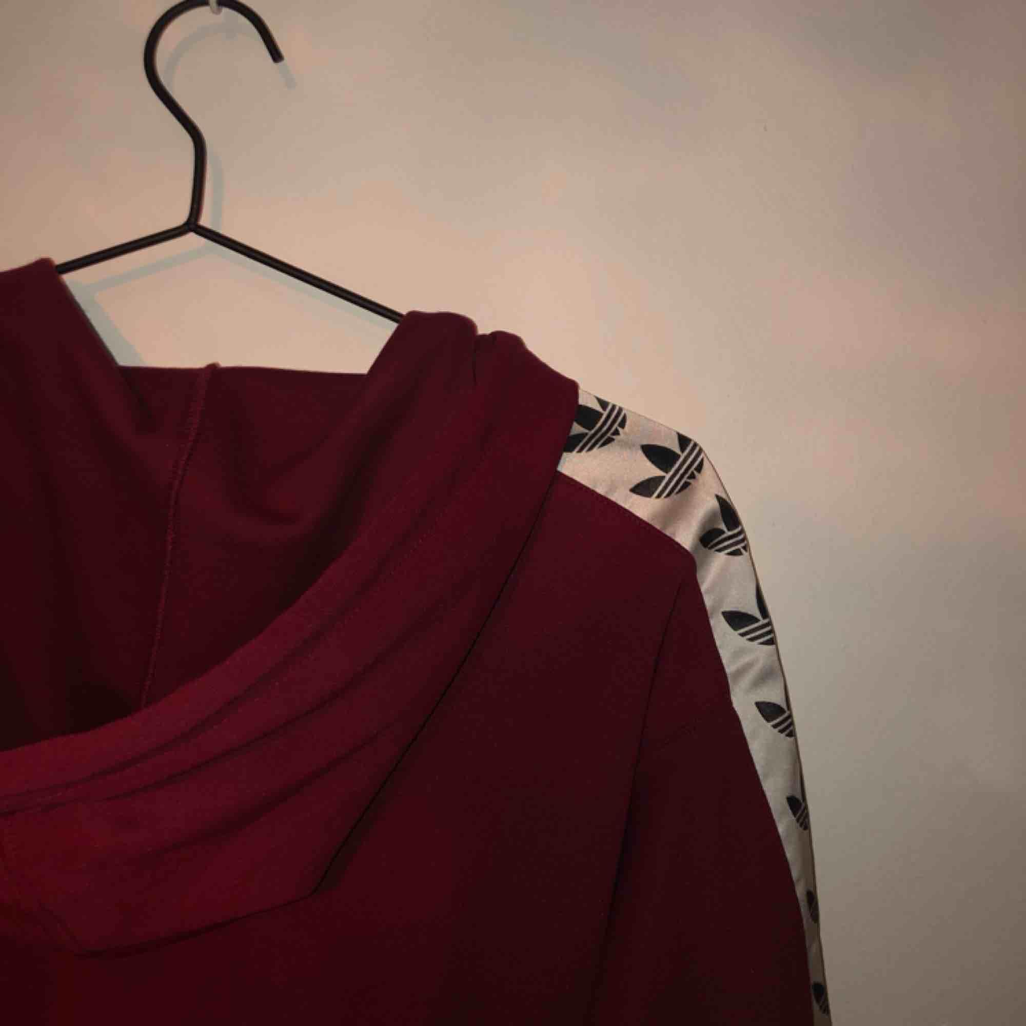 röd hoodie från adidas💃 modell: adidas tnt tape hoodie sparsamt använd, som nyskick🔥 frakten kostar 63kr (spårbar frakt)💌 . Huvtröjor & Träningströjor.