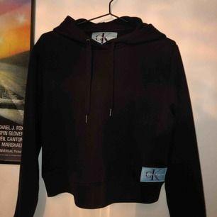 riktigt najs hoodie från Calvin Klein🔥 den är som ny, använd fåtal gånger. frakten ingår i priset💌