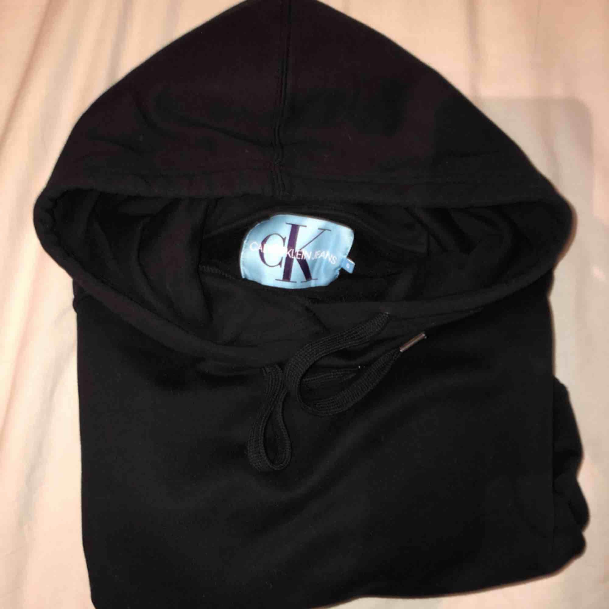 riktigt najs hoodie från Calvin Klein🔥 den är som ny, använd fåtal gånger. frakten ingår i priset💌. Huvtröjor & Träningströjor.