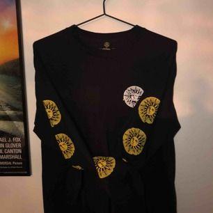 köpt i London på Urban Outfitters🔥 långärmad tröja, det är tryck på ärmar, högra bröst och på ryggen🌞 frakt 35kr💌