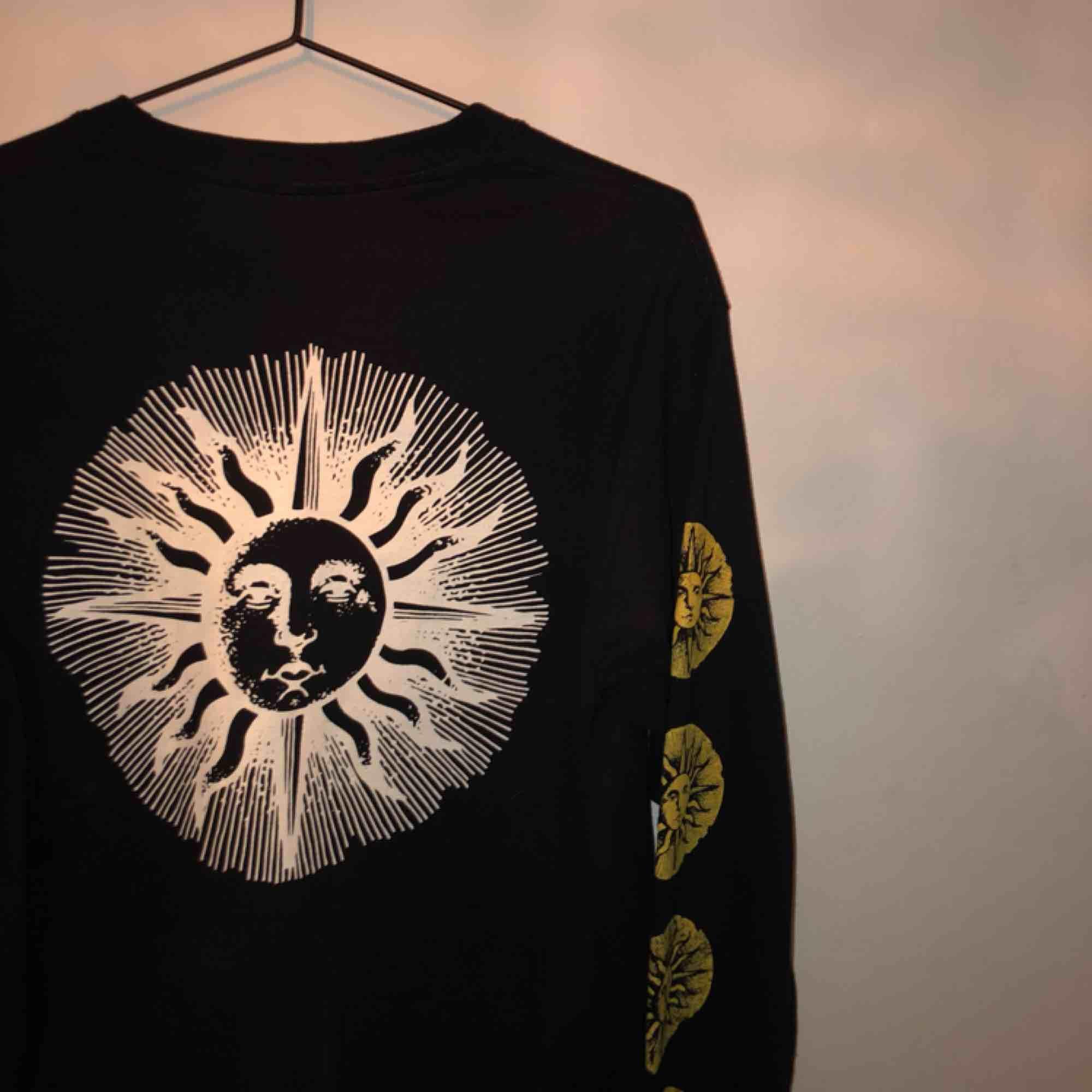 köpt i London på Urban Outfitters🔥 långärmad tröja, det är tryck på ärmar, högra bröst och på ryggen🌞 frakt 35kr💌. T-shirts.