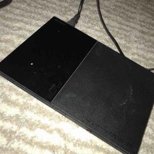 Playstation 2! Bra skick men lite smutsigt ( torka av nu) men syntes inte utan blixten därav torkades de av efter bilden togs. Annars är allt fungerad, man får med camera, kontroll och kontroller!