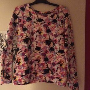 Oanvänd Sweatshirt med Barbieprint i storlek 40/42. Köpt i USA. Priset är inkl frakt 🌼