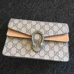 Väldigt fin oäkta Gucci väska, säljer för att jag inte använder .. köparen betalar frakt om den ska skickas ..