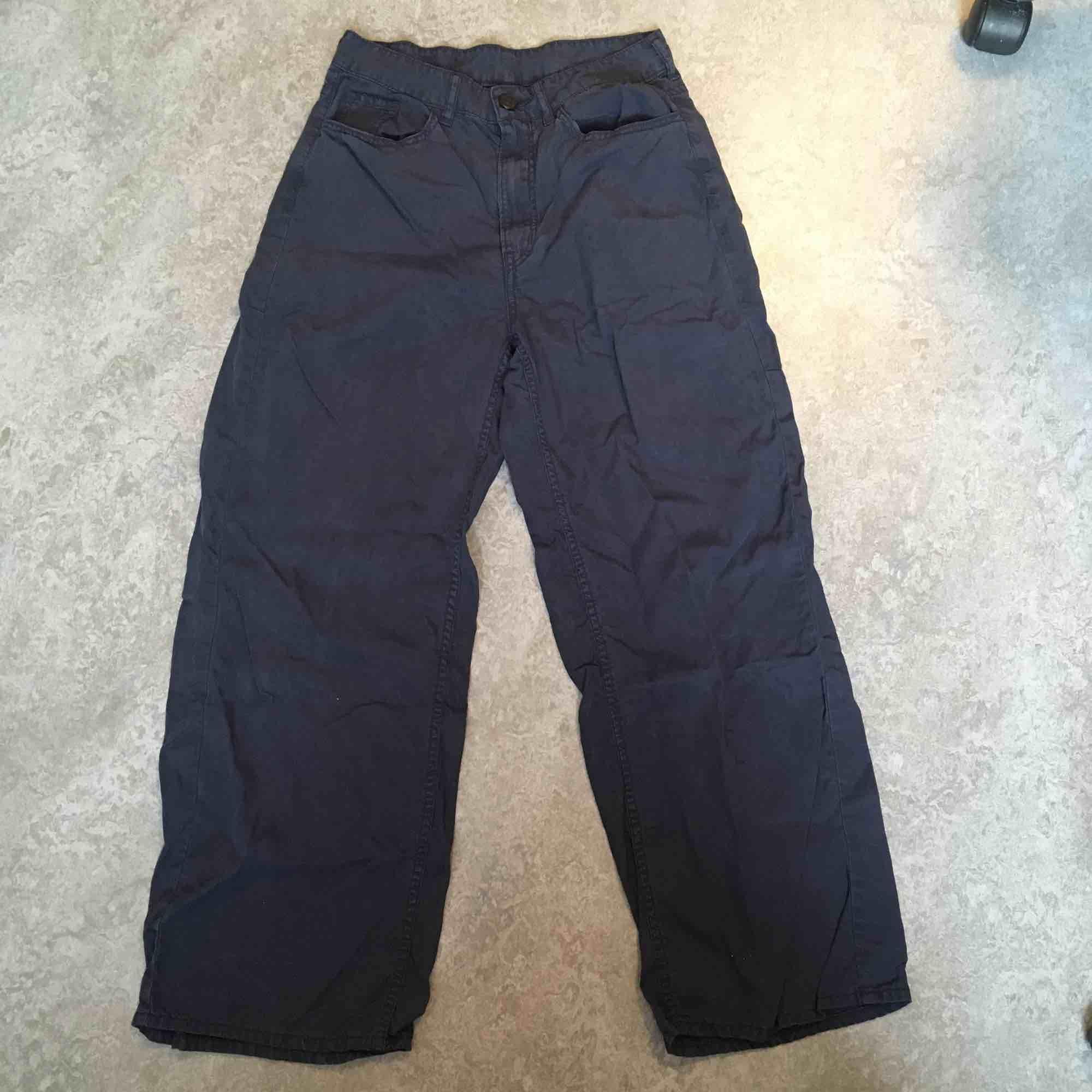 Jättesköna highwaisted fladdriga byxor från monki i mörkblått!. Jeans & Byxor.