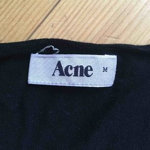 Svart jätteskön basic Acne-tröja i tunt material.