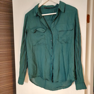 Grönblå skjorta i mjukt material. Superfin, knappt använd. Inte struken på bilden. Storlek XS men passar även S. Frakt tillkommer (35 kr)